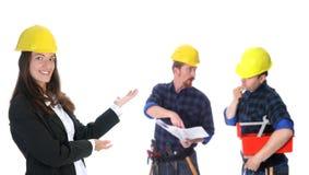 Mulher de negócios com trabalhadores da construção bem sucedidos Fotos de Stock Royalty Free