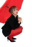 Mulher de negócios com um guarda-chuva vermelho imagem de stock royalty free