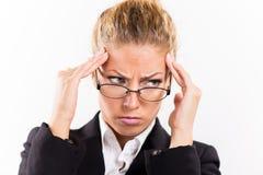 Mulher de negócios com uma dor de cabeça foto de stock