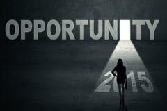 Mulher de negócios com uma porta da oportunidade ao futuro Imagens de Stock Royalty Free