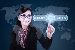 Mulher de negócios com uma tecla 'Iniciar Cópias' ao futuro Imagem de Stock Royalty Free