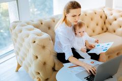 Mulher de negócios concentrada que analisa problemas urgentes Imagem de Stock Royalty Free