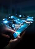 A mulher de negócios conectou dispositivos da tecnologia e aplicações dos ícones com Imagem de Stock Royalty Free