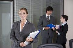 Mulher de negócios confiável, colegas no fundo Fotos de Stock