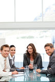 Mulher de negócios confiável com sua equipe em uma tabela Fotos de Stock Royalty Free