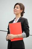 Mulher de negócios confiável que prende um dobrador Fotografia de Stock