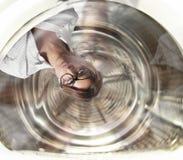 A mulher de negócios confusa tem a vertigem dentro de uma máquina de lavar conceito do esforço e do excesso de trabalho imagens de stock