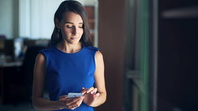 Mulher de negócios considerável que usa a tabuleta digital no escritório video estoque