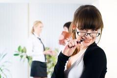 Mulher de negócios consideravelmente nova no escritório Foto de Stock Royalty Free