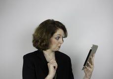 Mulher de negócios consideravelmente nova que usa a tabuleta Fotos de Stock