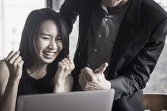 Mulher de negócios contente entusiasmado após o vencedor Foto de Stock