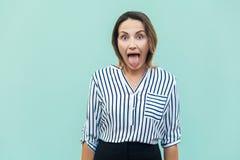 Mulher de negócios da felicidade, olhando a câmera com olhos grandes e tonelada foto de stock royalty free
