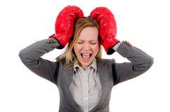 Mulher de negócios da mulher com luvas de encaixotamento Fotografia de Stock