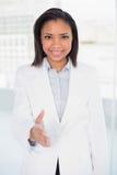 Mulher de negócios de cabelo escura consideravelmente nova que apresenta-se Imagens de Stock Royalty Free