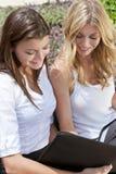 Mulher de negócios de dois jovens na reunião exterior Fotos de Stock