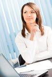Mulher de negócios de pensamento Fotografia de Stock Royalty Free