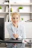 Mulher de negócios de pensamento Imagem de Stock