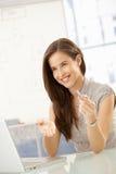 Mulher de negócios de riso na tabela de reunião fotografia de stock