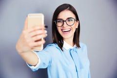 Mulher de negócios de riso que faz a foto do selfie foto de stock