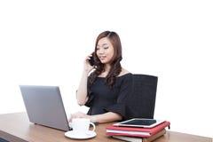 Mulher de negócios de sorriso bonita que fala em um telefone celular Foto de Stock