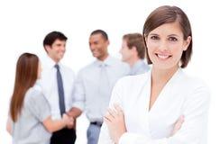 Mulher de negócios de sorriso com braços dobrados Fotografia de Stock