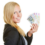 Mulher de negócios de sorriso com o fã do dinheiro do Euro Fotografia de Stock Royalty Free