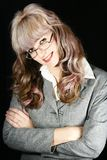 Mulher de negócios de sorriso com os braços cruzados Imagem de Stock Royalty Free