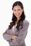 Mulher de negócios de sorriso com os braços dobrados Fotografia de Stock