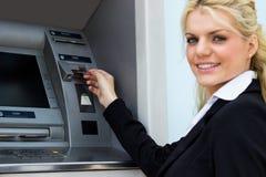 Mulher de negócios de sorriso no ATM fotos de stock royalty free