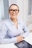 Mulher de negócios de sorriso nos monóculos com PC da tabuleta Fotografia de Stock Royalty Free