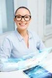 Mulher de negócios de sorriso nos monóculos com PC da tabuleta Imagem de Stock