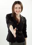 Mulher de negócios de sorriso nova pronta para o aperto de mão Fotografia de Stock
