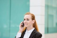 Mulher de negócios de sorriso nova Using Smartphone Outdoors fotografia de stock royalty free