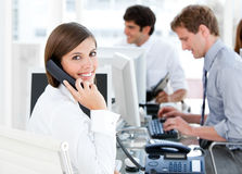 Mulher de negócios de sorriso que fala ao telefone fotografia de stock royalty free