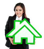 Mulher de negócios de sorriso que guarda o sinal da casa fotografia de stock royalty free