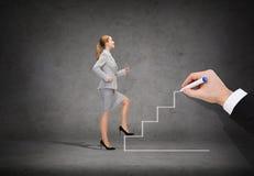 Mulher de negócios de sorriso que intensifica a escadaria Imagem de Stock Royalty Free