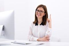 Mulher de negócios de sorriso que tem a ideia imagens de stock royalty free