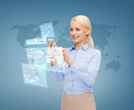 Mulher de negócios de sorriso que trabalha com smartphone Fotos de Stock
