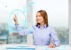 Mulher de negócios de sorriso que trabalha com tela virtual Imagem de Stock