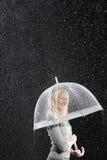 Mulher de negócios de sorriso Standing Under Umbrella durante a chuva Imagens de Stock Royalty Free