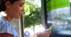 Mulher de negócios de sorriso Using Mobile Phone video estoque