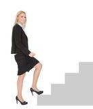 Mulher de negócios de Sucessful que anda acima de uma escadaria Fotos de Stock Royalty Free