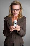 Mulher de negócios de Texting imagem de stock