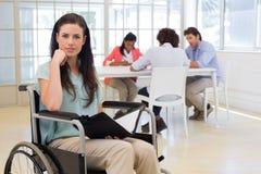 Mulher de negócios deficiente atrativa no trabalho Foto de Stock