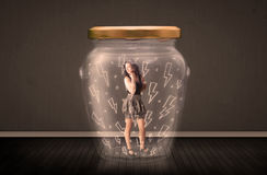 Mulher de negócios dentro de um frasco de vidro com conceito dos desenhos do relâmpago Imagens de Stock