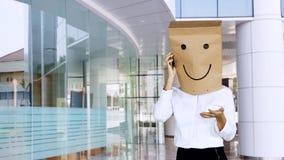 A mulher de negócios desconhecida faz o telefonema na entrada do escritório vídeos de arquivo