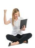Mulher de negócios With Digital Tablet que comemora o sucesso quando Sitt imagem de stock