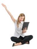 Mulher de negócios With Digital Tablet que comemora o sucesso quando Sitt fotos de stock royalty free