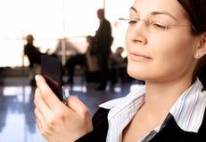 A mulher de negócios disca o telemóvel Fotos de Stock