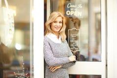Mulher de negócios do proprietário de loja da roupa fotografia de stock